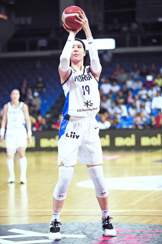 여자농구대표팀 센터 박지수가 뉴질랜드전에서 자유투를 하고 있다. [사진 대한민국농구협회]