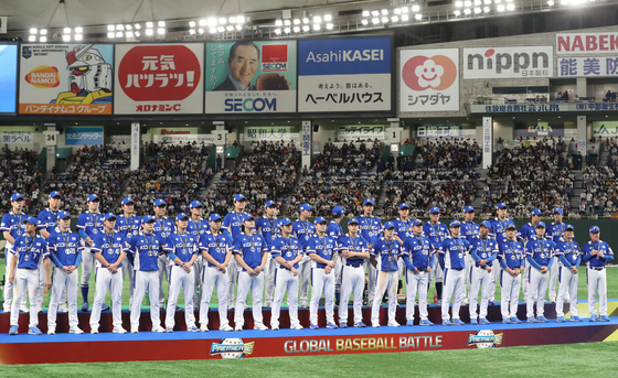 17일 프리미어12 결승전에서 일본에 3-5로 패하며 준우승을 차지한 한국 야구 대표팀 선수들이 경기 후 열린 시상식에서 기념촬영을 하고 있다. [연합뉴스]