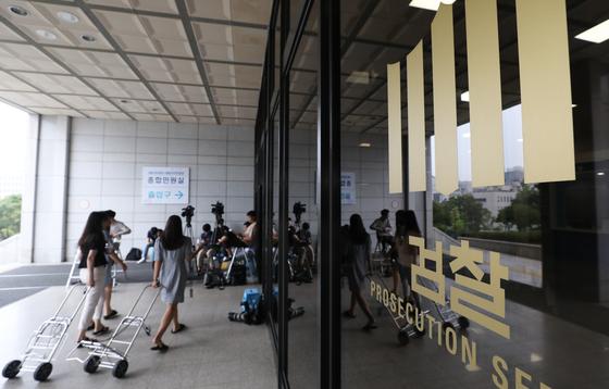 """한국신문협회는 오보 시에 해당 기자의 검찰청 출입을 제한하는 내용 등의 법무부 훈령에 대해 18일 """"민주주의에 정면으로 도전하는 악법""""이라며 즉각적인 철회를 요구했다. [뉴스1]"""