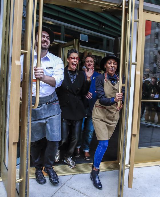 종업원들이 전 세계에서 6번째로 개장한 스타벅스 리저브 로스터리 시카고의 문을 열고 있다. [EPA=연합뉴스]