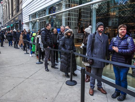시민들이 개장을 기다리고 있다. [EPA=연합뉴스]