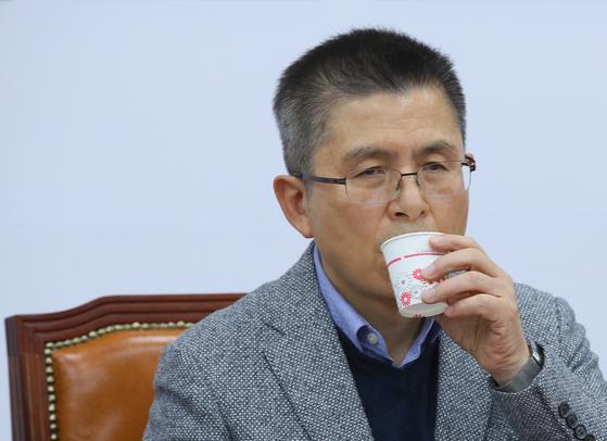자유한국당 황교안 대표가 18일 국회에서 열린 최고위원회의에서 물을 마시고 있다. [연합뉴스]