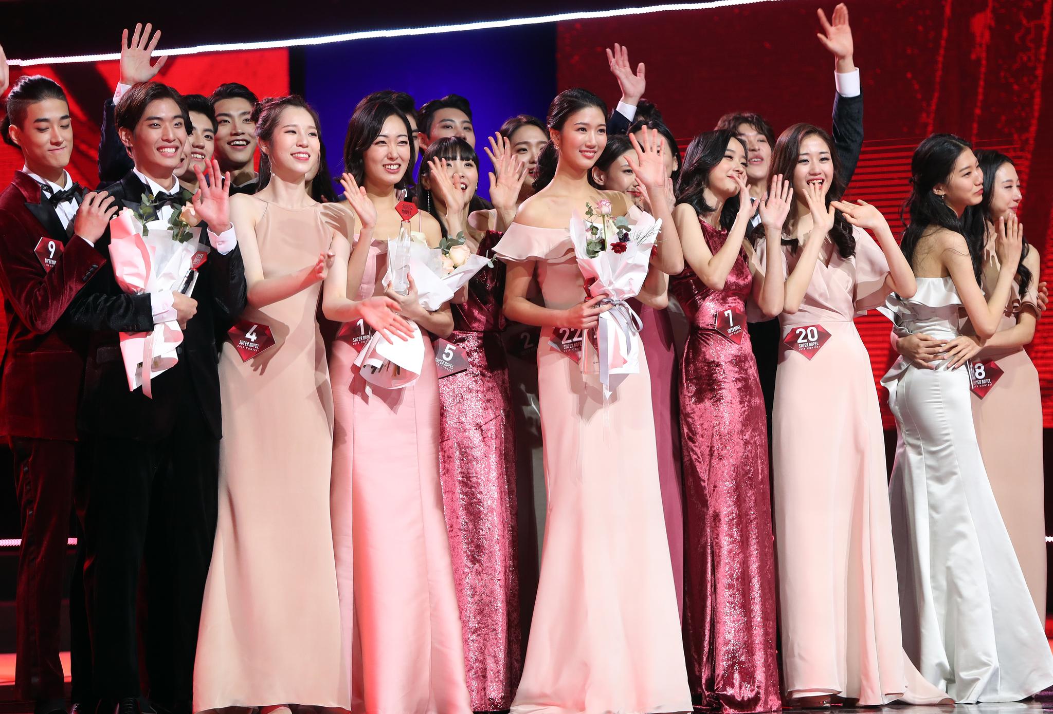 18일 오후 경북 경주시 예술의 전당에서 열린 SBS미디어넷 '2019 슈퍼모델 선발대회'에서 대회 참가자들이 관중석을 향해 손을 흔들고 있다. [연합뉴스]