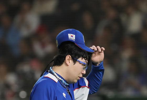 17일 일본 도쿄돔에서 열린 프리미어12 슈퍼라운드 결승전 한국과 일본의 경기. 2회 말 일본 야마다 데쓰토에게 3점 홈런을 허용한 선발 양현종이 더그아웃으로 향하고 있다. [연합뉴스]