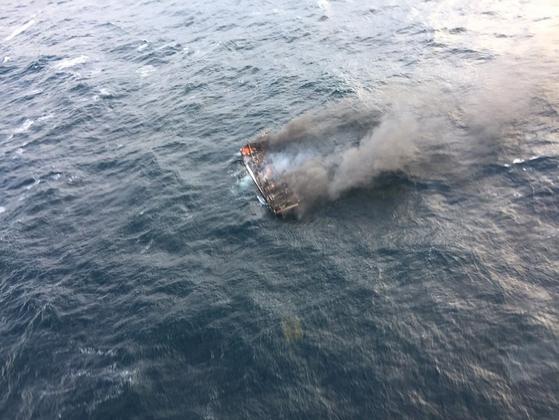 19일 오전 7시쯤 제주 차귀도 서쪽 76㎞ 해상에서 통영선적 연승어선 대성호(29t, 승선원 12명)에서 화재가 발생해 승선원 12명이 실종됐다. [사진 제주해양경찰서]