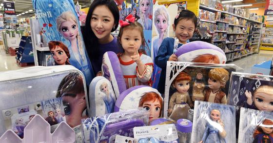 홈플러스가 '겨울왕국2' 개봉에 앞서 '엘사'와 '안나' 등 주인공들의 모습이 담긴 캐릭터 상품 50여종을 판매한다고 지난 4일 밝혔다. [사진 홈플러스]