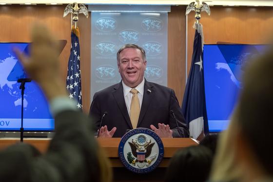 마이크 폼페이오 미국 국무장관이 18일(현지시간) 워싱턴DC 국무부의 브리핑룸에서 기자회견을 하고 있다. [EPA=연합뉴스]