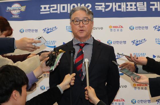 귀국 후 취재진과 인터뷰 하는 김경문 야구대표팀 감독. 인천=정시종 기자