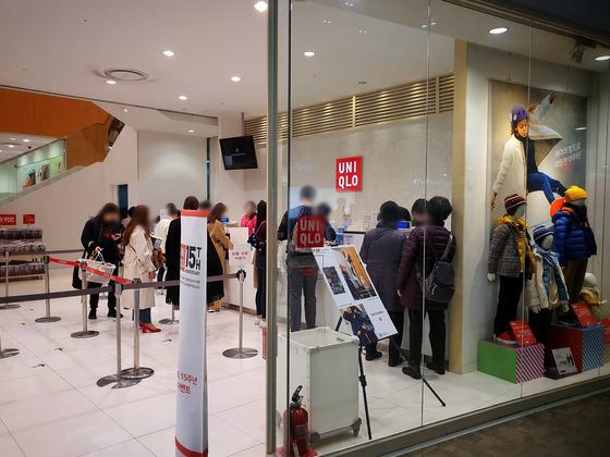 15일 낮 서울 강서구 A 유니클로 매장 계산대에 손님이 줄서있다. 매장에는 약 50명의 고객이 상품을 둘러보고 있었다. 남궁민 기자