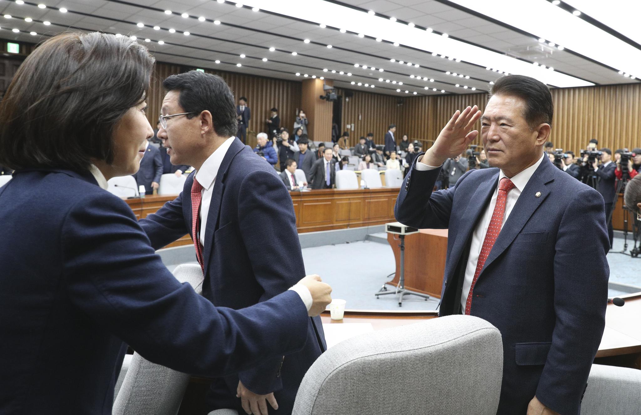 자유한국당 나경원 원내대표(왼쪽)가 19일 국회에서 열린 원내대책회의에 참석해 김한표 의원의 거수경례를 받고 있다. 임현동 기자