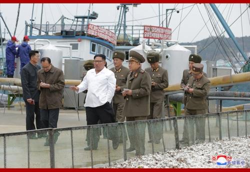 """조선중앙통신은 19일 김정은 국무위원장이 """"조선인민군 8월25일수산사업소와 새로 건설한 통천물고기가공사업소를 현지지도하시었다""""고 보도했다. 김 위원장이 간부들과 수산사업소를 둘러보고 있다. [연합뉴스]"""