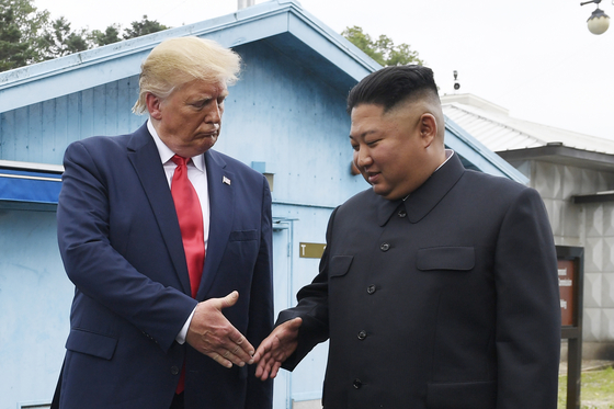 지난 6월 30일 판문점 군사분계선에서 도널드 트럼프 미국 대통령과 김정은 북한 국무위원장이 악수하고 있다.[AP=연합뉴스]