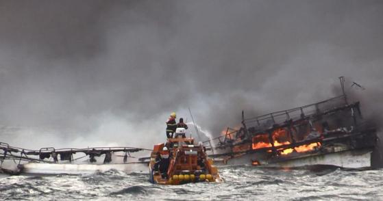 19일 오전 제주 차귀도 서쪽 해상에서 12명을 태운 29t급 갈치잡이 어선에서 불이 나 해경 대원들이 진화 작업을 하고 있다. [연합뉴스]