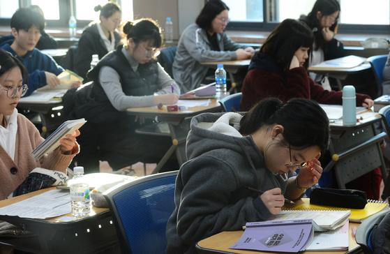 2020년도 대학수학능력시험일인 14일 오전 서울 중구 이화여자외국어고등학교에서 수험생이 시험준비를 하고 있다. [뉴스1]
