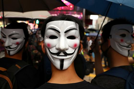 지난달 6일 홍콩의 한 시민이 복면을 쓰고 시위에 참여하고 있다. [로이터=연합뉴스]