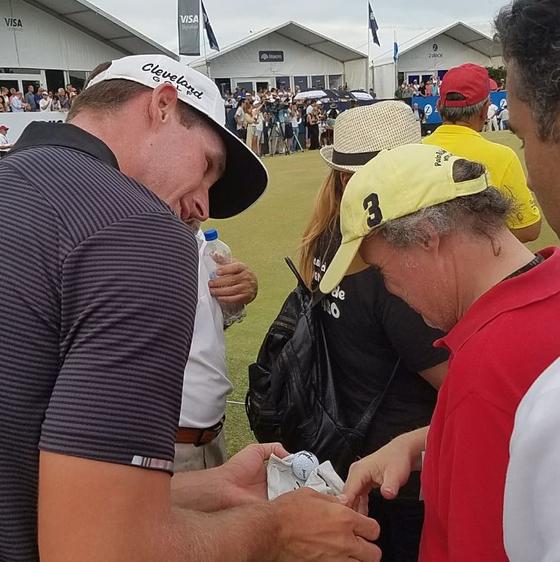 브랜던 매슈스가 다운증후군을 앓고 있는 갤러리에게 골프 장갑과 공을 선물하고 있다. [사진 라틴아메리카투어 트위터]