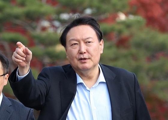 윤석열 검찰총장이 11일 오후 서울 서초구 대검찰청에서 발걸음을 옮기고 있다. [뉴스1]