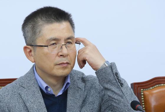 자유한국당 황교안 대표가 18일 국회에서 열린 최고위원회의에서 머리를 만지며 고민하고 있다. [연합뉴스]