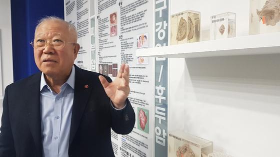 서울대학병원 삼성암연구동 1층에 마련된 암 박물관에서 박재갑 이사장이 암 세포에 대해 설명하고 있다. 백성호 기자