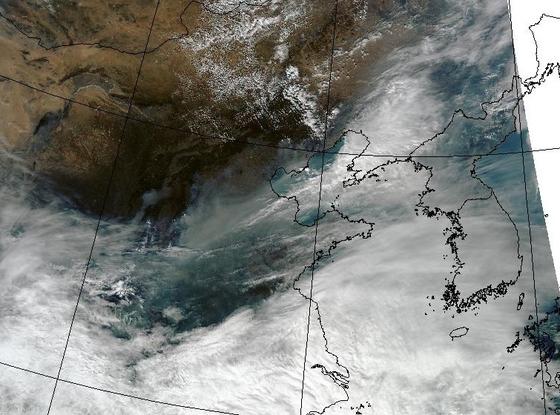 지난 3월 미 항공우주국 인공위성이 촬영한 사진. 중국 미세먼지가 한반도로 들어오는 것을 볼 수 있다. 한국이 내년 3월 정지궤도 환경위성을 발사하면 중국 발 미세먼지 오염을 감시할 수 있을 것으로 기대된다. [사진 미 항공우주국(NASA)]