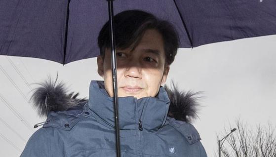 조국 전 법무부 장관이 15일 부인 정경심 동양대 교수 접견을 위해 서울구치소로 향하고 있다. [연합뉴스]