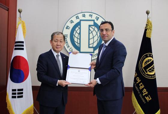 한국외대, 아제르바이잔 외교부 수립 100주년 기념 공로상 수상