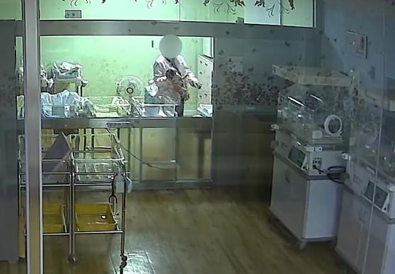부산 한 산부인과에서 간호사가 생후 5일 된 신생아를 거칠게 다루고 있다. [피해 아기 부모 제공=연합뉴스]