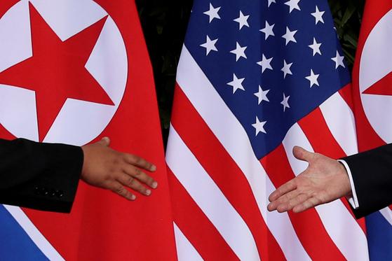 도널드 트럼프 미국 대통령과 김정은 북한 국무위원장이 지난해 6월 싱가포르에서 만나 악수하고 있다. [로이터=연합뉴스]