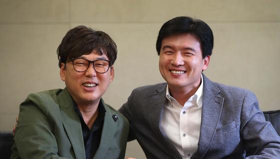 13집 앨범 타이틀곡 '별이 된 너' 등 3곡을 함께 작업한 변진섭(왼쪽)과 강원석 시인. 오종택 기자