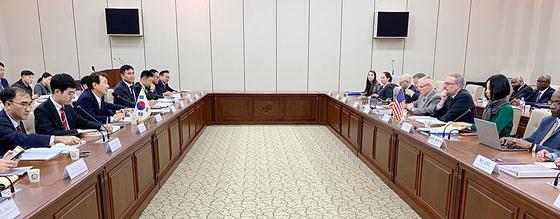 한·미 방위비 분담금 협상이 18일 서울 한국국방연구원에서 열렸다. 정은보 한국 대표(왼쪽 셋째)와 제임스 드하트 미국 대표(오른쪽 둘째) 등 양국대표단이 회의하고 있다. [사진 외교부]