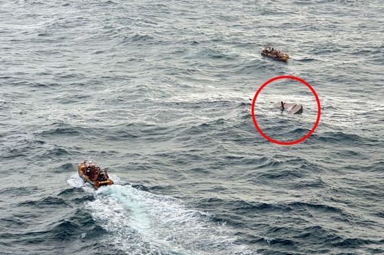 19일 오전 제주 차귀도 서쪽 해상에서 어선에서 화재가 발생해 전소됐다. 사진 빨간 원안은 전소 침몰한 어선 모습. [뉴스1]