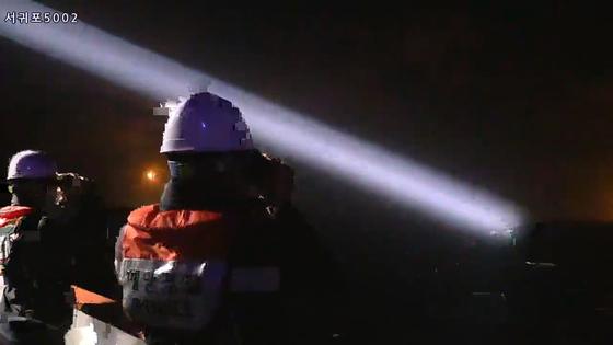 제주해경 5002함의 대원들이 19일 오후 해가진 상황에서 야간수색을 이어가고 있다. [사진 제주해양경찰청]