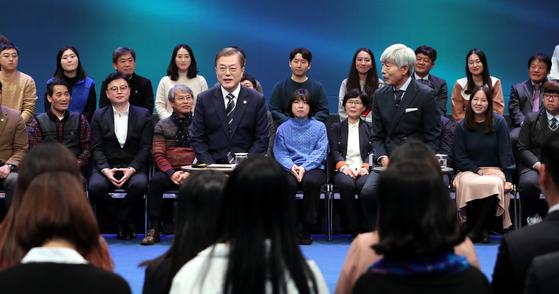 문재인 대통령이 19일 오후 서울 상암동 MBC에서 열린 '국민이 묻는다, 2019 국민과의 대화'에서 패널들의 질문에 답하고 있다. [청와대사진기자단]