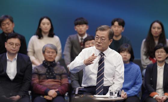 문재인 대통령이 19일 오후 서울 상암동 MBC에서 '국민이 묻는다, 2019 국민과의 대화'를 하고 있다. [연합뉴스]