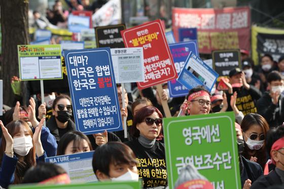 한국전자담배협회 회원들이 6일 오후 서울 여의도 국회 앞에서 담배사업법 일부 개정안 반대 집회를 열고 정부의 액상형 전자담배 사용 중단 권고를 규탄하고 있다. [연합뉴스]