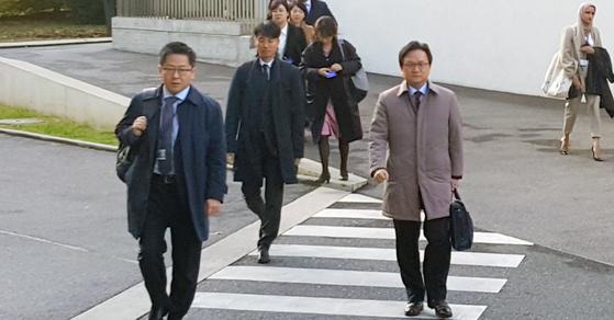 일본의 수출 규제에 따른 한일 간 세계무역기구(WTO) 2차 양자협의를 위해 한국 대표단이 19일(현지시간) 오전 스위스 제네바 WTO 본부의 협의장으로 들어서고 있다. [연합뉴스]