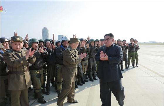 북한 김정은 국무위원장이 원산갈마비행장에서 열린 '조선인민군 항공 및 반항공군 비행지휘성원들의 전투비행술경기대회-2019'를 참관했다고 조선중앙TV가 16일 보도했다. 김 위원장이 참가자들과 손뼉 치고 있다. [연합뉴스]