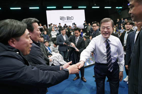 "President Moon ae-in welcomed the panel after the ""Ask People, Talk to People of 2019"" panel at the MBC in Seoul on April 19.[[[["