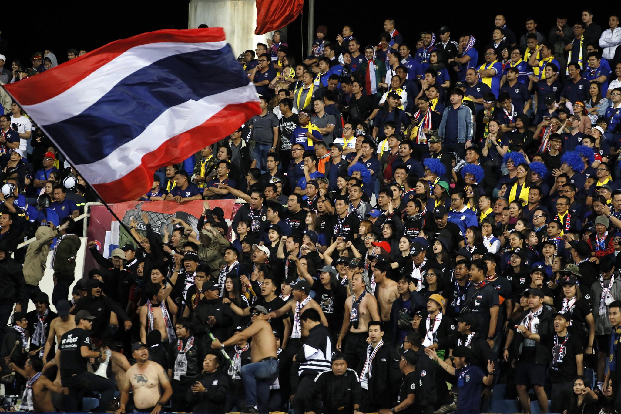 19일(현지시간) 베트남 하노이 미딘 국립경기장에서 열린 국제축구연맹(FIFA) 2022년 월드컵 아시아지역 2차 예선 G조 5차전 홈 경기에서 태국 관중이 환호하고 있다. [EPA=연합뉴스]