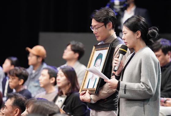 지난 19일 서울 상암동 MBC에서 열린 '국민이 묻는다, 2019 국민과의 대화'에서 고(故) 김민식 군의 부모가 문재인 대통령에게 질문하고 있다. [연합뉴스]