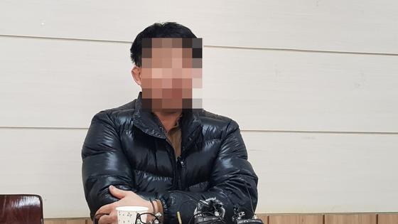 8차 화성 연쇄살인 사건으로 억울한 옥살이를 한 윤모(52)씨가 20일 충북 청주시 운천동 NGO센터에서 기자회견을 하고 있다. 최종권 기자