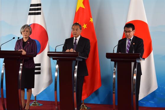 지난 8월 중국 베이징에서 열린 제9회 한중일 3국 외교장관 회의 이후 3국 외교장관이 기자회견을 하고 있다. 왼쪽부터 강경화 장관, 왕이 중국 국무위원, 고노 다로 당시 일본 외무상. [사진 베이징 공동 취재단]