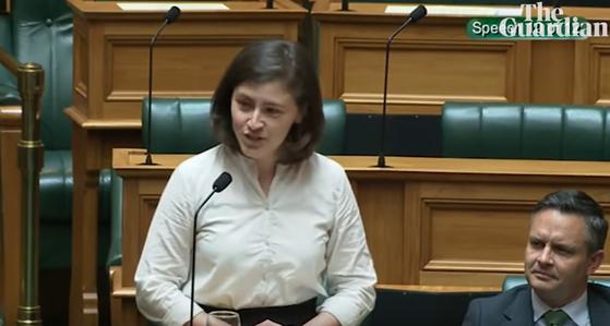 """뉴질랜드의 25세 의원인 클로이 스와브릭이 자신에게 야유를 보내는 기성세대 의원에게 """"오케이 부머(됐거든요, 꼰대님)""""라고 응수하는 모습. [가디언 유튜브 캡처]"""