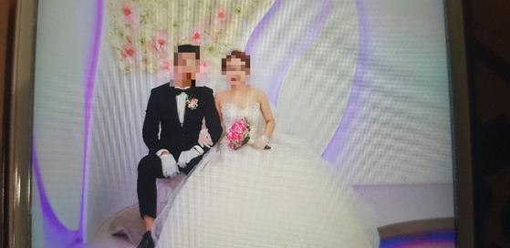 제주 차귀도 해상에서 화재사고가 난 대성호에서 일한 한 베트남 선원은 불과 두 달 전 한국에서 결혼식을 올린 신혼이었다. 사진은 20일 실종자 가족이 공개한 결혼 사진. 김정석기자
