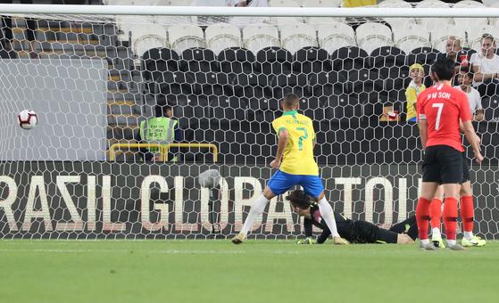 후반 들어 브라질 다닐루의 중거리 슈팅으로 세 번째 골을 허용하는 한국. [연합뉴스]