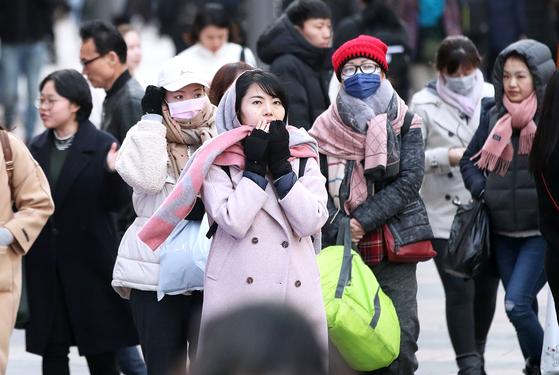 서울과 중부 내륙에 한파주의보가 내려진 18일 시민과 외국인 관광객들이 몸을 움츠린 채 서울 명동 거리를 걷고 있다. [뉴스1]