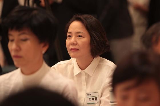 2012년 6월 서울 양재동 교육문화회관에서 민주통합당 의원 워크숍이 열렸다. 임수경 당시 의원이 박지원 비대위원장의 인사말을 듣고 있다. [중앙포토]