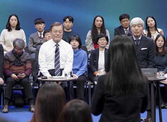 문재인 대통령이 19일 오후 서울 마포구 상암동 MBC 사옥에서 열린 '국민이 묻는다-2019 국민과의 대화'에 출연해 국민 질의를 경청하고 있다.[청와대 제공]