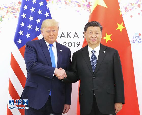지난 6월 29일 일본 오사카에서 열린 주요 20개국(G20) 정상회의에 참석했을 때 손을 잡은 도널드 트럼프 미 대통령과 시진핑 중국 국가주석의 회동 모습을 올해 더는 볼 수 없을 전망이다. [중국 신화망 캡처]