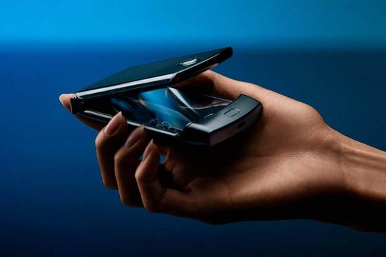 모토로라가 내년 1월 미국에서 출시할 것으로 알려진 클램셸 형태의 폴더블 폰인 레이저 모습.